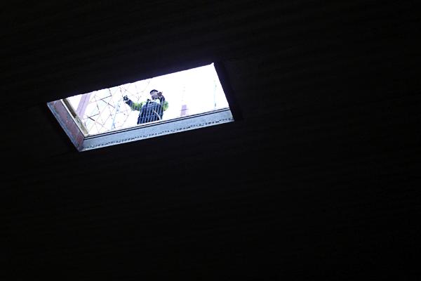 Intag av balkar från hål i taket